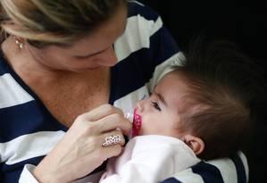 Lara Cristina Fernandes segura sua filha Maya Foto: Marcos Alves / Agência O Globo