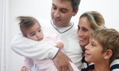 Luiz Carlos Begliomini jr e Lara Cristina Fernandes pais da pequena Maya e o irmão dela Foto: Marcos Alves / Agência O Globo