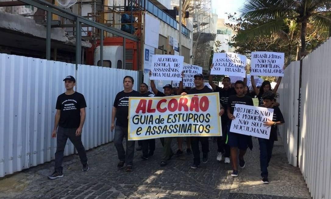 no Arpoador, grupo carrega cartazes contra o islamismo, no fim de semana: organizador de protesto já foi condenado por intolerância Foto: / Reprodução