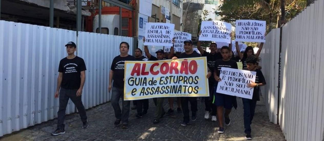 no Arpoador, grupo carrega cartazes contra o islamismo, no fim de semana: organizador de protesto já foi condenado por intolerância Foto: Reprodução