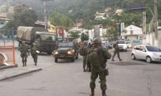 As equipes nas proximidades das comunidades da Igrejinha e Grota Foto: Rafael Nascimento / Agência O Globo