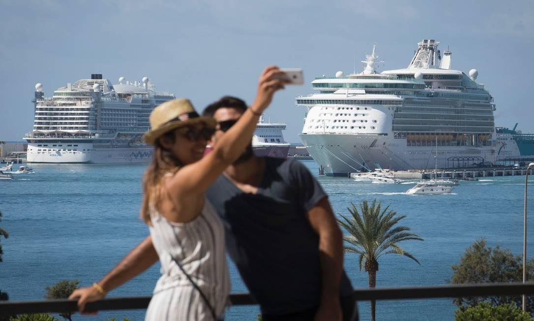 Casal tira uma selfie no porto de cruzeiros de Palma de Mallorca, na Espanha Jaime Reina / AFP
