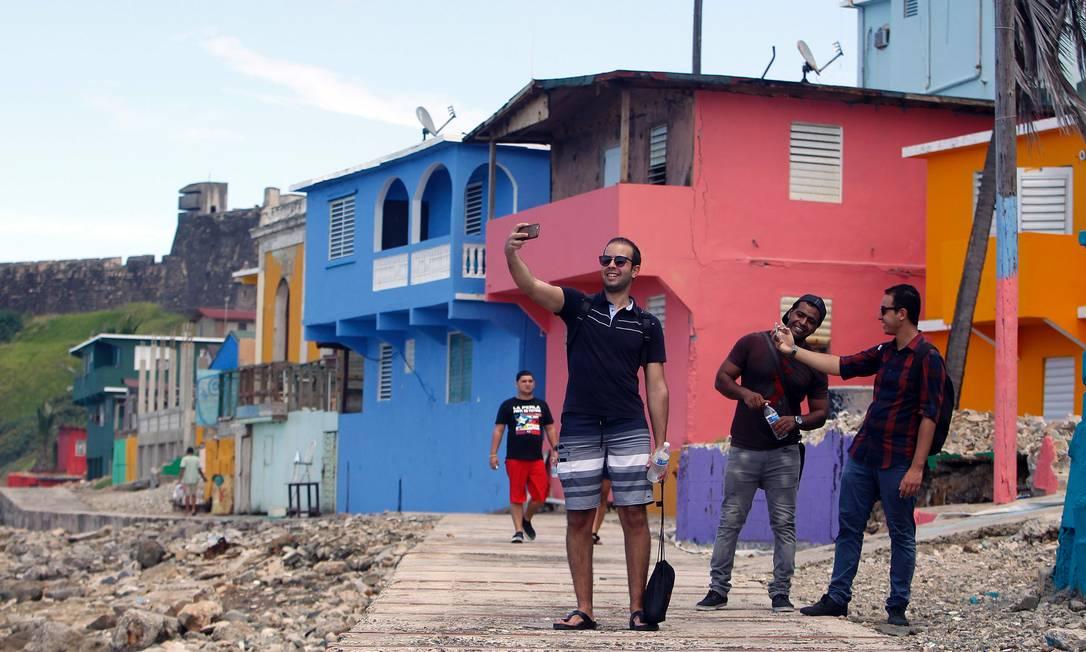 """Pasito, pasito, selfito, selfito"", no bairro de La Perla, em San Juan, Porto Rico, onde foi gravado o clipe do hit ""Despacito"" Ricardo Arduengo / AFP"