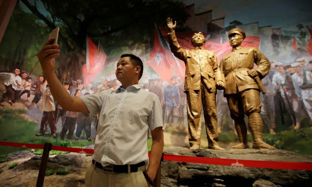 Visitante tira uma selfie no Museu Militar de Pequim, na China Foto: Jason Lee / REUTERS