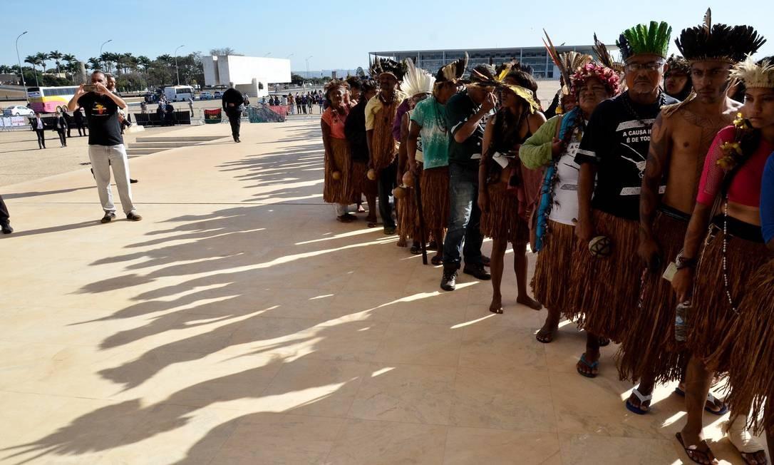 Indígenas e militantes fizeram fila para entrar no plenário da Corte Foto: Renato Costa / O Globo