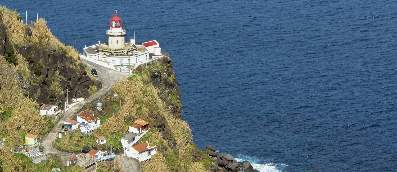 O farol na Ponta do Arnel, na ilha de São Miguel, nos Açores, é um bom lugar para ver o nascer do Sol Foto: Faber/Azoresphotos/Visit Azores / Divulgação