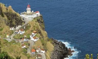 O farol na Ponta do Arnel, na ilha de São Miguel, nos Açores, é um bom lugar para ver o nascer do Sol Foto: Faber/Azoresphotos / Divulgação