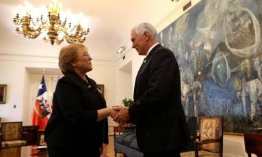Bachelet e Pence se cumprimentam em encontro em Santiago Foto: POOL / REUTERS