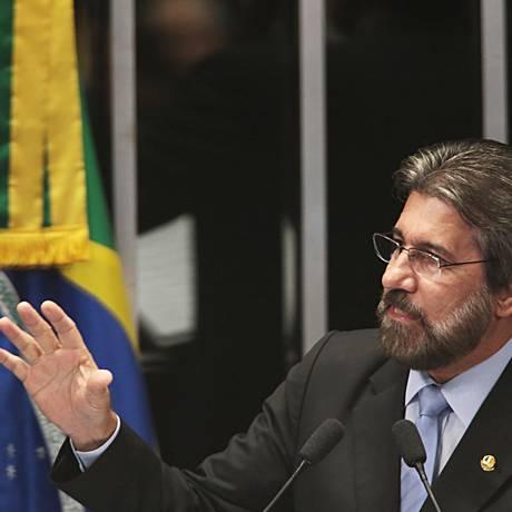 O senador Valdir Raupp (PMDB-RR) discursa durante sessão. 13/10/2015 Foto: Jorge William / Agencia O Globo