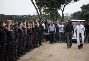 Enterro do PM Fabiano de Brito e Silva, no cemiterio Jardim da Saudade, em Sulacap. Agente foi um dos 97 policiais mortos no Rio em 2017 Foto: Fernando Lemos / Agência O Globo