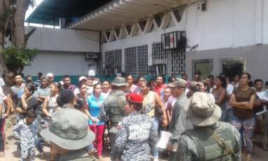 Policiais conversam com famílias de presos antes de tentativa de entrada em prisão no estado Amazonas Foto: Reprodução