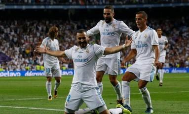 Benzema abre os braços para comemorar o segundo gol do Real Madrid Foto: JUAN MEDINA / REUTERS