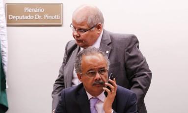 Os deputados Lúcio Vieira Lima e Vicente Cândido (na frente), respectivamente presidente e relator da Comissão de Reforma Política Foto: ANDRE COELHO / Agência O Globo