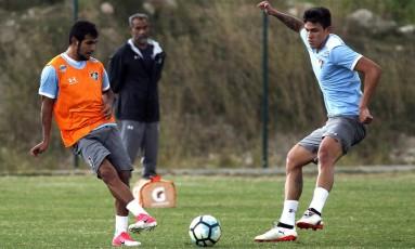 Sornoza dá um passe em treino do Fluminense na última semana: meia equatoriano já treina normalmente com bola e prepara seu retorno ao time Foto: Nelson Perez/Fluminense F.C.