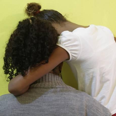 Desespero. Menina relata para a mãe medo de tiroteios em Manguinhos Foto: Gabriel de Paiva / Agência O Globo