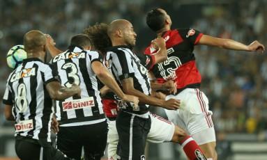 Quem pega? Bruno Silva, Carli, Roger, Arão e Réver disputam a bola na área Foto: Marcelo Theobald