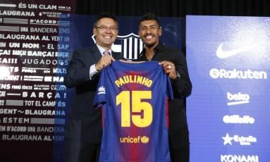 Paulinho é apresentado com a camisa 15 Foto: Reprodução/Instagram