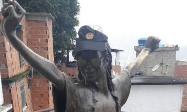 Foto mostra estátua com boné da PM Foto: Reprodução