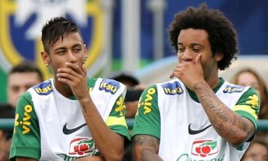 Neymar e Marcelo durante treino da seleção brasileira Foto: Sergio Moraes / Reuter