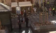 Pessoas atingidas por van esperam por socorro na calçada de Las Ramblas Foto: Reprodução: Twitter