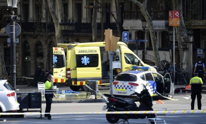 Políciais e médicos na área do atentado em Barcelona Foto: JOSEP LAGO / AFP