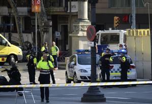 Policiais cercaram a área após atentado que deixou pelo menos um morto e dezenas de feridos em Las Ramblas, Barcelona Foto: JOSEP LAGO / AFP