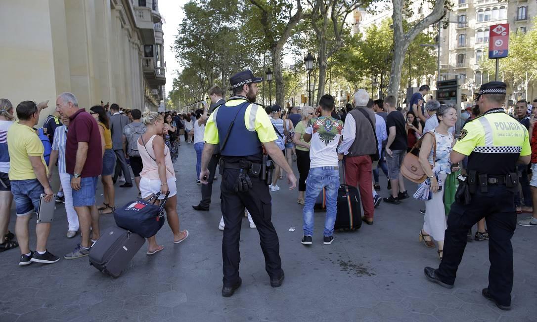 Após atentado, policiais tentam dispersar aglomeração de pessoas no local do atropelamento Foto: Manu Fernandez / AP
