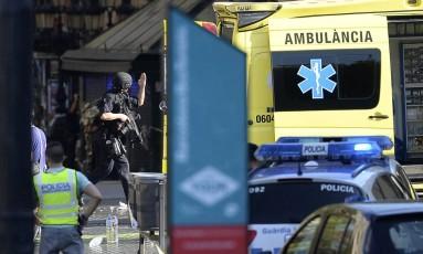 Atentado em rua turística de Barcelona mobilizou dezenas de equipes de emergência Foto: JOSEP LAGO / AFP
