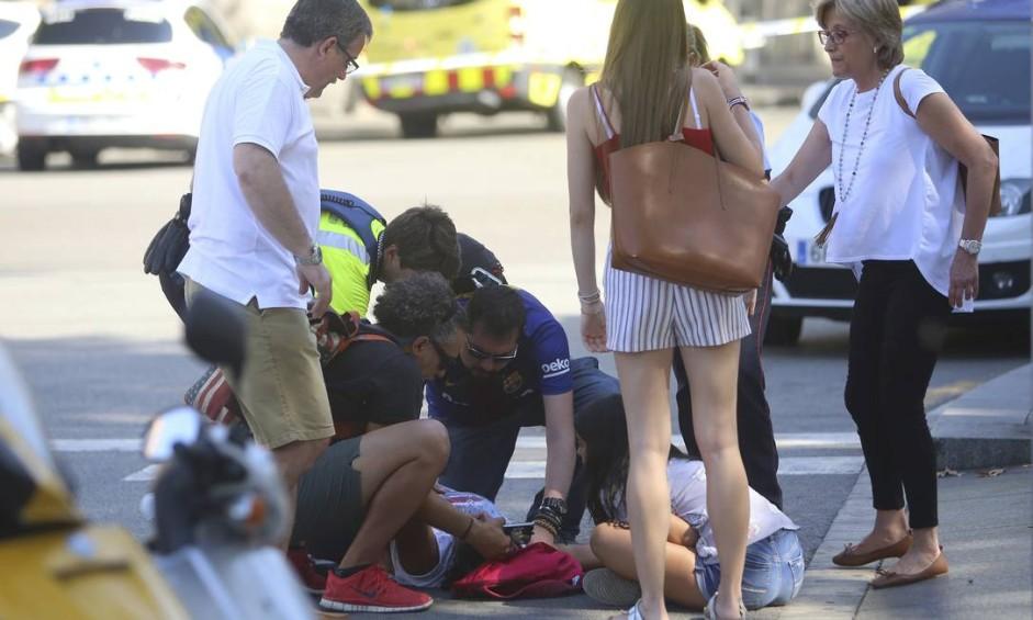 Pelo menos 32 pessoas ficaram feridas após van invadir calçada na Rambla Foto: Oriol Duran / AP