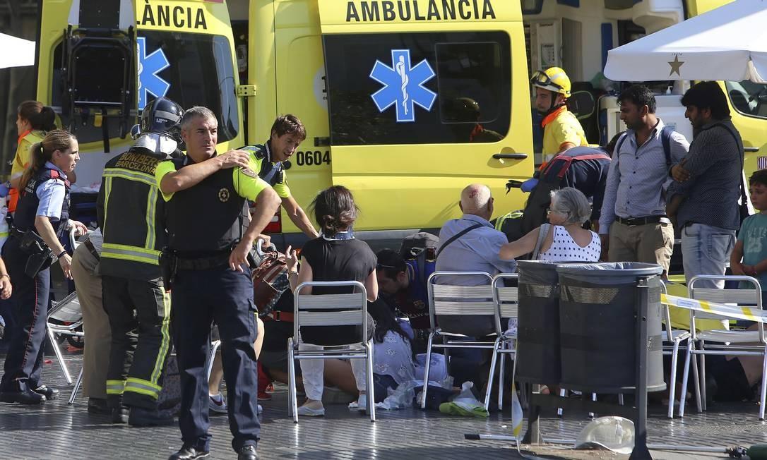 Feridos recebem assistência após atropelamento em Barcelona Foto: Oriol Duran / AP