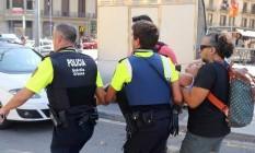Vítima do ataque com atropelamento em Barcelona é socorrida Foto: AP