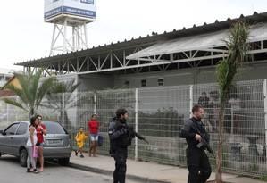 Policiais na UPA de Manguinhos, para onde um dos baleados no Jacarezinho foi levado Foto: Guilherme Pinto / Agência O Globo