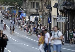 Pessoas caminham em Barcelona no dia do ataque que matou 13 e feriu 80 pessoas Foto: Manu Fernandez / AP