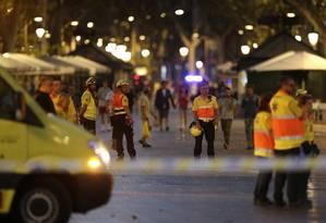 Socorristas trabalham em Barcelona Foto: Manu Fernandez / AP