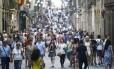 Multidões caminham pelo centro de Barcelona: cidade se consolidou como ponto turístico mundial Foto: QUIQUE GARCIA / AFP