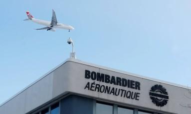 Avião sobrevoa instalação da Bombardier em Montreal, no Canadá Foto: Christinne Muschi / Reuters