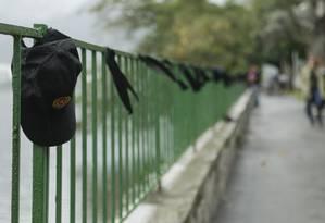 ONG Rio de Paz coloca faixas pretas no local das placas com os nomes de policiais mortos, que foram retiradas pela Comlurb, na Lagoa Rodrigo de Freitas Foto: Gabriel de Paiva / Agência O Globo