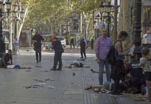 Várias vítimas do atropelamento são vistas no chão de La Rambla após o atropelamento que deixou 13 mortos em Barcelona Foto: David Armengou / EFE