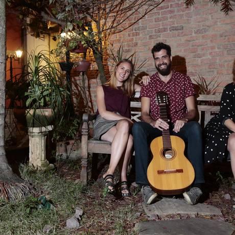 Sintonia. Por identificação musical, Fanny Batt, Leandro Bronze e Lisa Gudmundson se tornaram amigos em Paris Foto: Thiago Freitas / Thiago Freitas