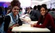 Dividindo o entusiasmo por trabalhar no festival, as universitárias Renata Perci e Adriane Duarte ficaram amigas no treinamento