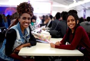 Dividindo o entusiasmo por trabalhar no festival, as universitárias Renata Perci e Adriane Duarte ficaram amigas no treinamento Foto: Divulgação/Marcus Vini
