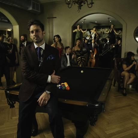 O pianista e arranjador Scott Bradlee à frente do Postmodern Jukebox Foto: Divulgação/Braverijah Gregg