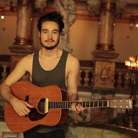 Despojado. Na foto, Thiago Iorc aparece com seu violão ao seu estilo simplista e intimista, em show realizado no ano passado no Teatro Municipal do Rio Foto: Agência O Globo