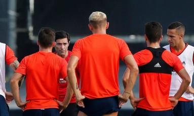 O técnico Marcelino Toral, do Valencia, conversa com os jogadores na véspera da estreia do Espanhol Foto: Divulgação