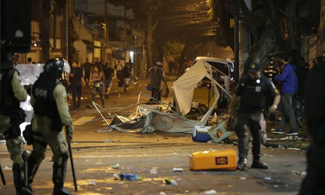 Cenário de destruíção no entorno do Nilton Santos após o jogo entre Botafogo e Flamengo Foto: Alexandre Cassiano