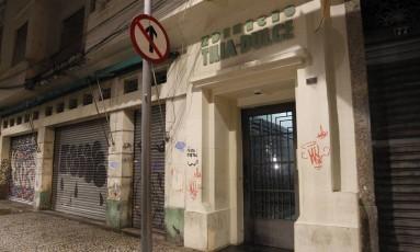 Prédio foi invadido pelos bandidos Foto: Pedro Teixeira / Agência O Globo