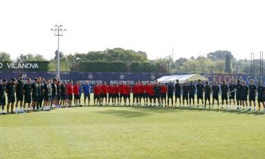Jogadores se reúnem no centro do gramado para um minuto de silêncio Foto: Reprodução/Barcelona