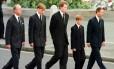 Da esquerda para direita: o príncipe Philip, William, Earl Spencer, Harry e Charles, no dia 6 de setembro de 1997 Foto: JEFF J MITCHELL / AFP