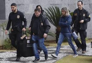 Policiais chegam com malotes à Superintendência da PF em São Paulo nesta sexta-feira Foto: Edilson Dantas / Agência O Globo