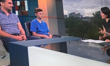 Nick e o filho Ben em um programa de televisão inglês Foto: Reprodução